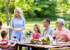 Familie eten in de tuin Ardennen